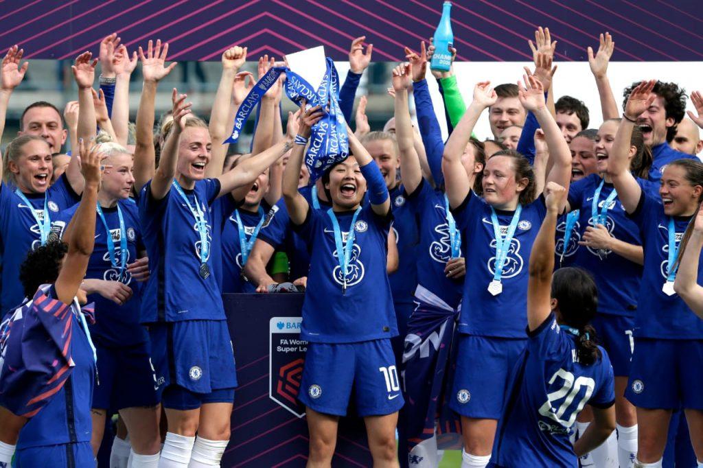 A equipe do Chelsea levanta a taça de mais um título na FAWSL, comemorando bastante mais uma temporada bem sucedida.