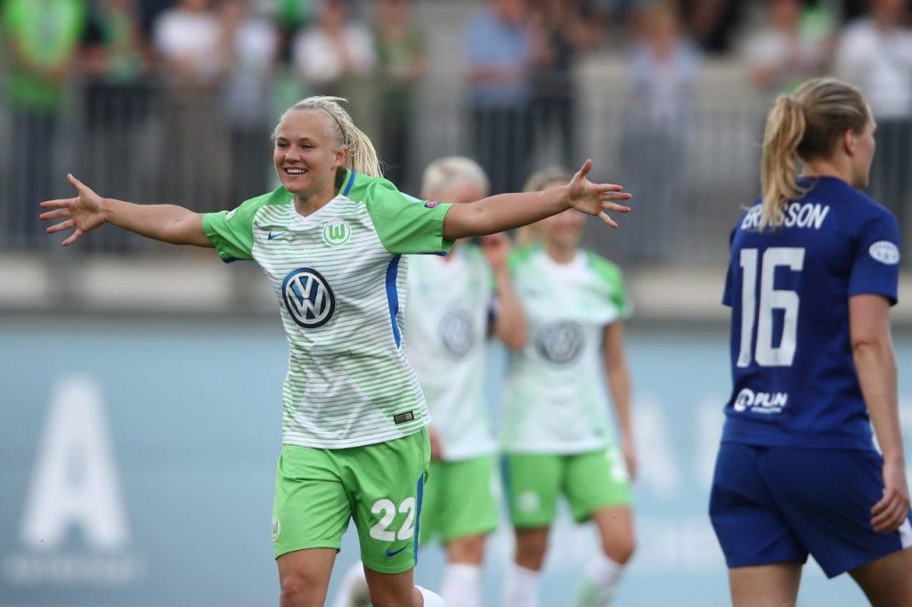 A atleta Pernile Harder comemora diante do Chelsea enquanto jogava no Wolfsburg.