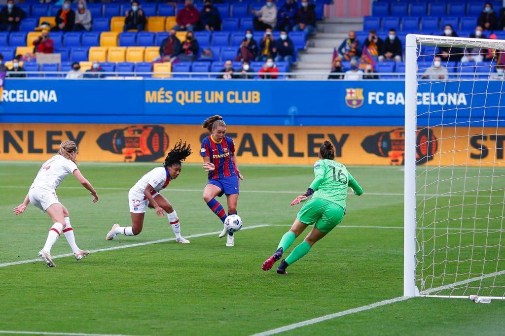 Imagem do gol marcado pela Lieke Martens, meio campista do Barcelona, diante do PSG na semifinal da Champions League