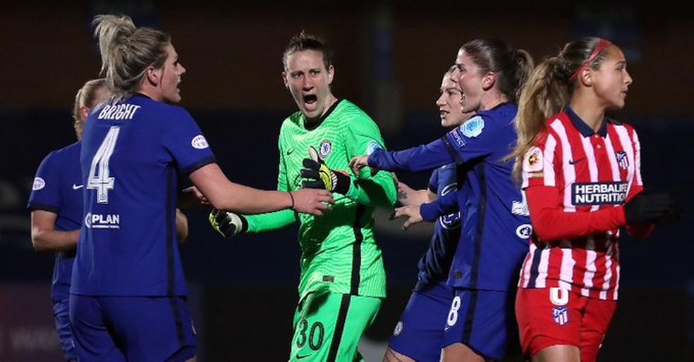 Jogadoras do Chelsea comemoram defesa de pênalti da goleira Berger diante do Atlético de Madrid em partida válida pela Champions League Feminina